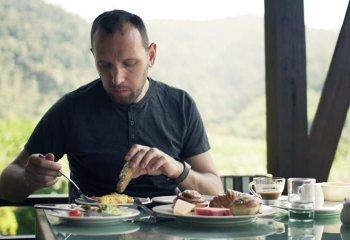 Gli uomini che mangiano da soli più a rischio di sviluppare malattie