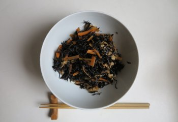 Ricetta: Alghe Hijiki con verdure all'aceto di riso (o di vino)