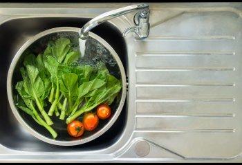 4 metodi naturali per lavare frutta e verdura