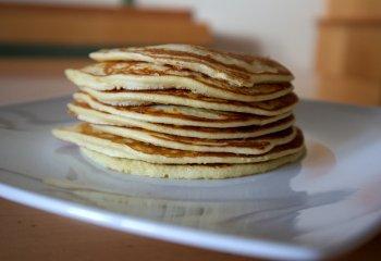 Pancake alle carotecon farina di mandorla e semi di papavero