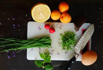 Quercetina: la molecola di frutta e verdura che contrasta il Covid-19