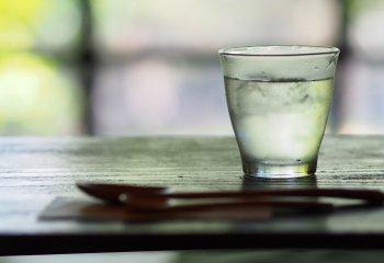 Per rinfrescarsi è meglio una bibita ghiacciata o un tè caldo?